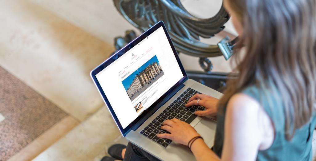 Photo des inscriptions avec ordinateur, clavier et mains