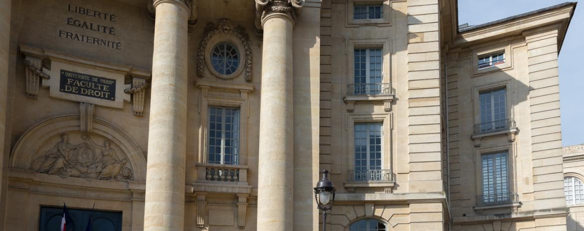 Façade de l'entrée de l'université Paris 2 Panthéon-Assas en gros plan